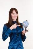 Młoda dziewczyna wskazuje przy kulą ziemską fotografia royalty free