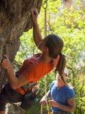 Młoda dziewczyna wspina się górę Obraz Stock
