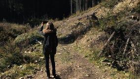 Młoda dziewczyna wycieczkowicz jest mknącym wideo piękny lasu krajobraz z rzeką na telefon komórkowy kamerze zbiory