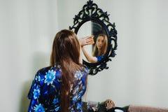 Młoda dziewczyna wyciera lustro zdjęcia royalty free