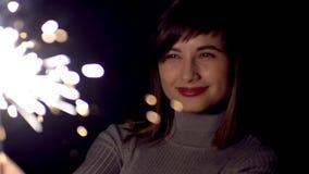 Młoda dziewczyna wydaje w obliczu Sparkler zbiory wideo