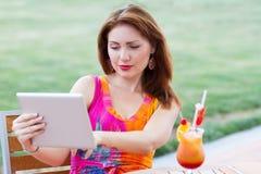 Młoda dziewczyna wyszukuje modnego pastylka komputer osobistego Zdjęcie Royalty Free