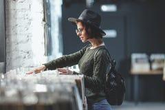 Młoda dziewczyna wyszukuje rejestry obraz stock