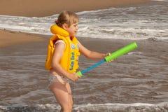 Młoda dziewczyna z żółtą kamizelką ratunkową zdjęcia stock