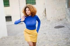 Młoda dziewczyna z afro fryzurą w miastowym tle Obrazy Stock