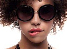 Młoda dziewczyna z afro pozować Zdjęcia Royalty Free