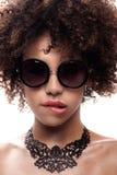 Młoda dziewczyna z afro pozować Obraz Stock