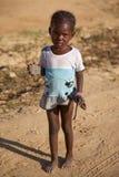 Młoda dziewczyna z buty w jej rękach w Mopti Obraz Stock