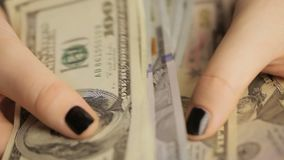 Młoda dziewczyna z czarnym manicure'em rozważa Amerykańskie notatki Dziewczyna rozważa dolary Zakończenie zdjęcie wideo