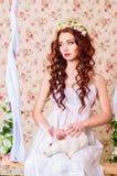 Młoda dziewczyna z długie włosy z białym królikiem Zdjęcie Royalty Free