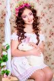 Młoda dziewczyna z długie włosy z białym królikiem Zdjęcia Stock