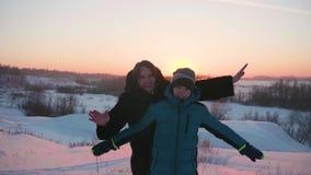 Młoda dziewczyna z dzieckiem bawić się w zima parku Spacery w świeżym powietrzu Zmierzch zbiory