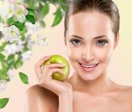 Młoda dziewczyna z jabłkiem Obrazy Royalty Free