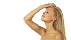 Młoda dziewczyna z jej ręką przystosowywa ona długo blondyn zdjęcia stock