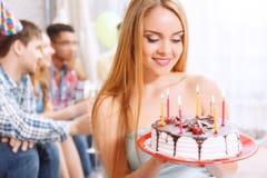 Młoda dziewczyna z jej urodzinowym tortem fotografia royalty free