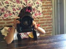 Młoda dziewczyna z kamerą Obrazy Royalty Free