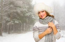 Młoda dziewczyna z kapeluszem przy śnieżnym lasem Obraz Royalty Free