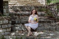 Młoda dziewczyna z kolor żółty różą zdjęcia stock