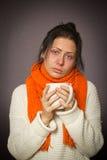 Młoda dziewczyna z kubkiem chora grypa fotografia stock