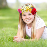 Młoda dziewczyna z kwiecistego wianku plenerowy ono uśmiecha się Obraz Royalty Free