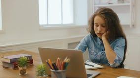 Młoda dziewczyna z laptopem robi pracie domowej Szkoły wyższa edukacja Zmęczony Żeńskiego ucznia studiowanie i używać w domu komp zbiory wideo