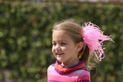 Młoda dziewczyna z menchii piórkami w jej włosy zdjęcie stock