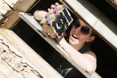 Młoda dziewczyna z okularami przeciwsłonecznymi w okno zdjęcia royalty free