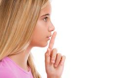 Młoda dziewczyna z palcem na wargach jako pojęcie rozkazuje cisza ja fotografia stock