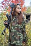 Młoda dziewczyna z pistoletem w grą laserowa etykietka Zdjęcie Stock