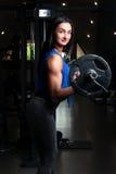 Młoda dziewczyna z plciową dętą postacią w gym, trwanie raja Fotografia Stock