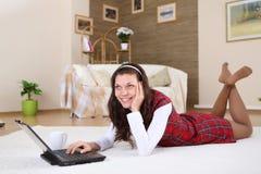 Młoda dziewczyna z podołka wierzchołkiem w domu Zdjęcia Stock