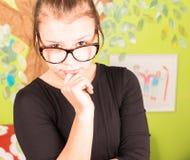 Młoda dziewczyna z ręką na podbródku Obraz Stock