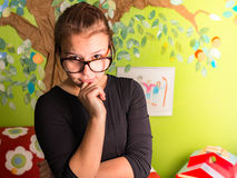 Młoda dziewczyna z ręką na podbródku Obrazy Stock