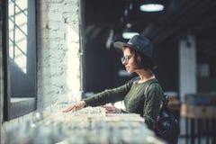 Młoda dziewczyna z rejestrem w sklepie obraz stock