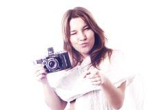 Młoda dziewczyna z retro kamerą Obrazy Royalty Free