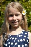 Młoda dziewczyna z rumianku kwiatem w włosy obraz stock