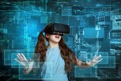Młoda dziewczyna z rzeczywistości wirtualnej słuchawki obraz royalty free