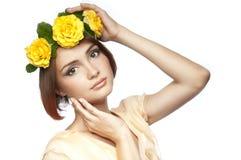 Młoda dziewczyna z wiankiem róże Zdjęcia Royalty Free