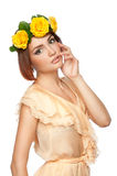 Młoda dziewczyna z wiankiem róże Zdjęcie Royalty Free