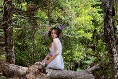Młoda dziewczyna z wiankiem wildflowers obraz stock