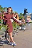 Młoda dziewczyna zrobił gestowi zatwierdzenie od kwiatu łóżka na t zdjęcie royalty free
