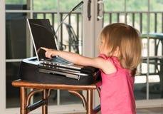 Młoda dziewczynka bawić się z laptopem Obraz Royalty Free