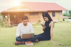Młoda edukaci para czytał w dobrym weat i outdoors Zdjęcia Stock