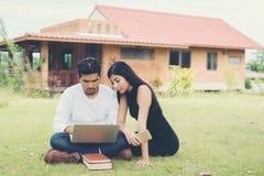 Młoda edukaci para czytał w dobrym weat i outdoors Obrazy Royalty Free