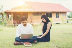 Młoda edukaci para czytał w dobrym weat i outdoors Obraz Royalty Free