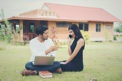 Młoda edukaci para czytał w dobrym weat i outdoors Fotografia Royalty Free