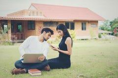 Młoda edukaci para czytał w dobrym weat i outdoors Zdjęcie Royalty Free