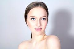 Młoda elegancka dziewczyna z przygotowywającą twarzą Fotografia Stock