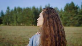 Młoda elegancka kobieta z długie włosy mieć silnego makeup i pozujący along w lata polu zbiory wideo