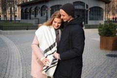 Młoda elegancka para w miłości chodzi w jawnym parku w wakacyjnym wieczór obraz royalty free